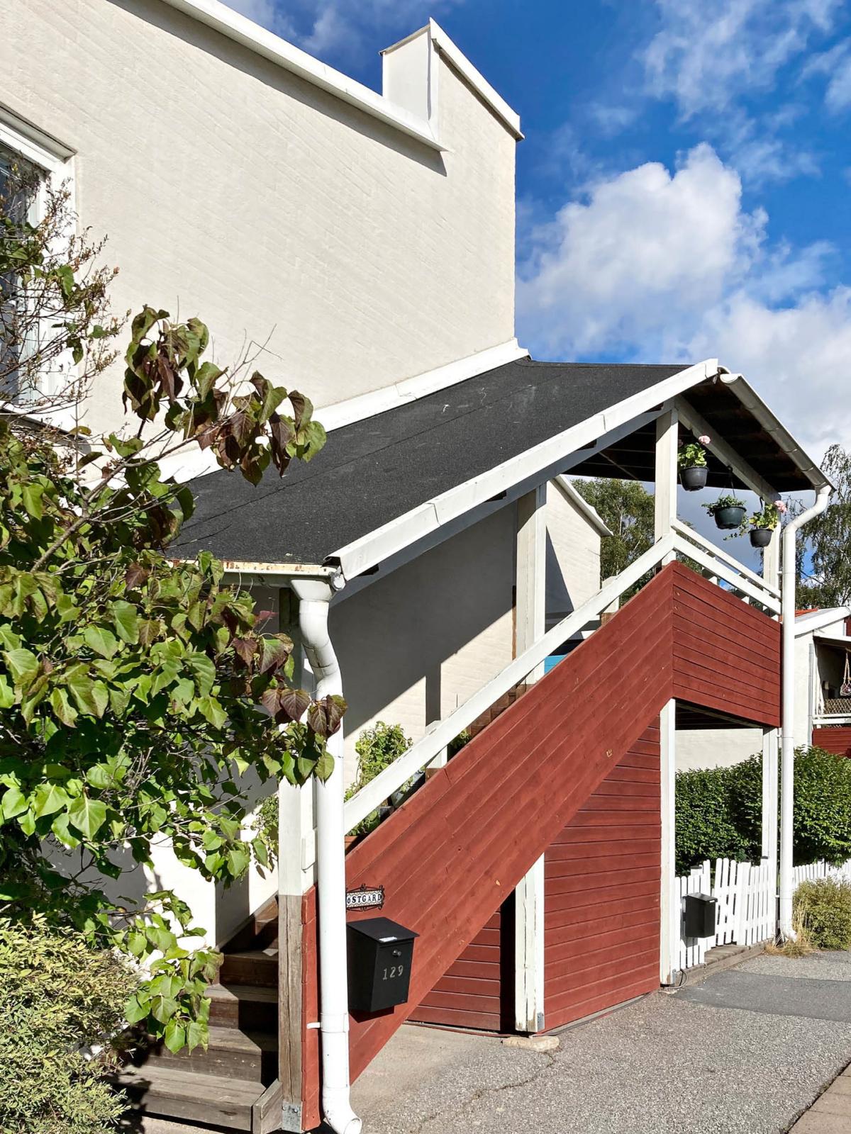 Väldisponerad gaveltrea i lummiga Södra Bergshamra med stor balkong  i söder.