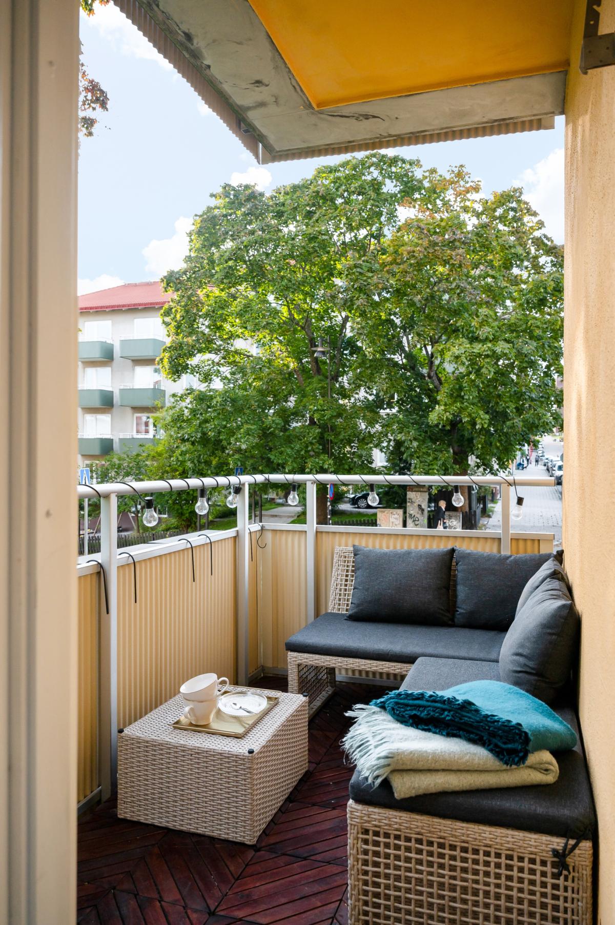 Balkong mot vacker grönska i det centralaste av lägen i Sundbyberg! Öppen spis!
